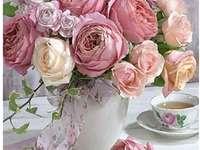 Wazon róż na stole