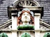 mujer en vestido verde estatua