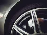 stříbrné a černé auto