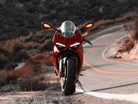 czerwony i czarny rower sportowy na drodze w ciągu dnia