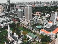 letecký pohled na budovy města během dne