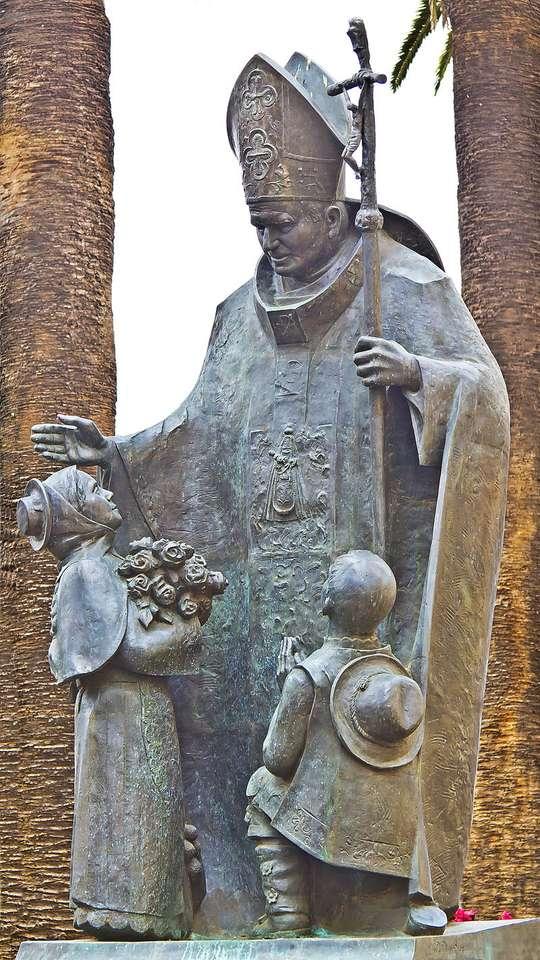 Pomnik Papieża Jana Pawła II (San Cristóbal de La - Pomnik Jana Pawła II – pomnik papieża Jana Pawła II w San Cristóbal de La Laguna (Teneryfa, Hiszpania), w śródmieściu, na placu Doktora Olivery (Plaza Doctor Olivera), wzniesiony w 2012 wedł (3×6)