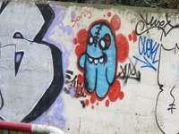 graffiti de pared azul y blanco