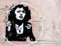 mujer en camisa blanca y negro retrato