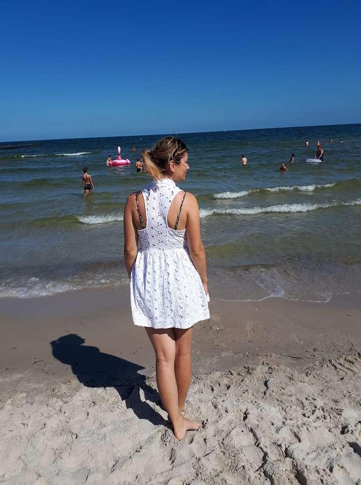 Жена изправена - пъзел с жена, стояща до плажа (8×12)