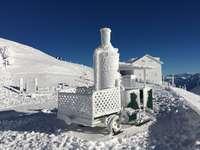 casa branca e preta coberta de neve sob o céu azul
