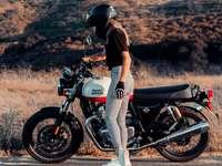 kobieta w czarno-białej sukni, jazda na czarnym motocyklu