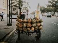 Fruta marrón y blanca en carro de metal negro