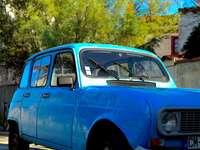 μπλε σκαθάρι volkswagen σταθμευμένο στην άκρη του δρόμου