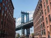ponte cinza sob o céu azul durante o dia