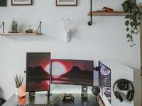 moniteur et clavier d'ordinateur à écran plat noir