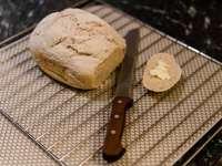 kenyér fehér és fekete kockás textilen