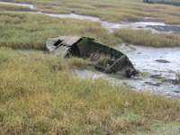 mașină naufragiată pe câmp de iarbă verde în timpul zilei