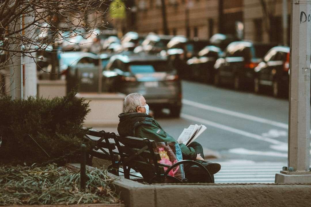 жена в черно яке, седнало на пейката на улицата - жена в черно яке, седнало на пейката на улицата през деня (15×10)