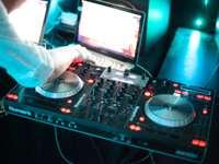 osoba hrající dj řadič s audio mixer