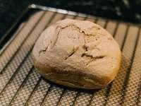 καφέ ψωμί σε μαύρο μεταλλικό τραπέζι