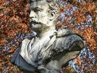 šedá betonová socha člověka