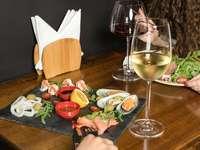 copo de vinho transparente na mesa de madeira marrom