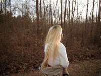 mujer en camisa blanca de manga larga