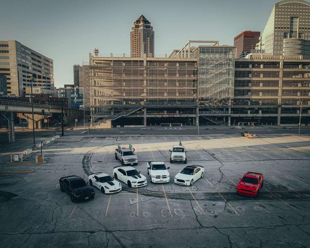 bilar parkerade på parkeringsplats nära brun betongbyggnad - bilar parkerade på parkeringsplats nära brun betongbyggnad under dagtid. . Des Moines, IA, USA (18×15)