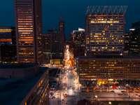 městské budovy v noci