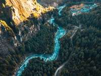 vista aérea do rio entre as montanhas rochosas durante o dia