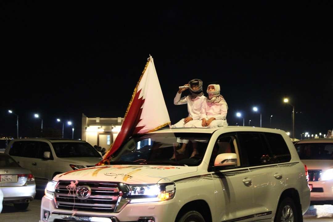 man och kvinna som sitter på vit suv under natten - Två pojkar som överst sitter i en bil. Katara (7×5)