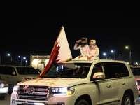 homem e mulher sentados em um SUV branco durante a noite