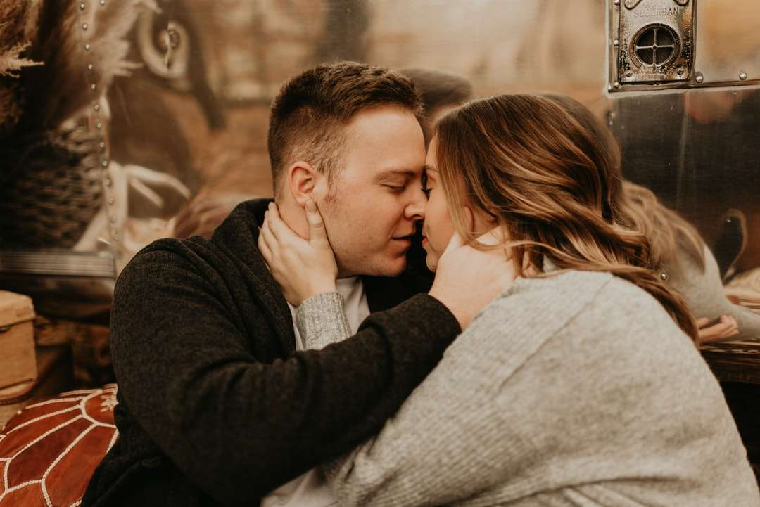 férfi fekete hosszú ujjú ing csók nő - férfi fekete hosszú ujjú inget csókolózó nő fehér pulóverben (10×7)