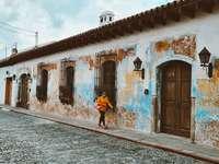 žena v modrých šatech chůzi na ulici během dne