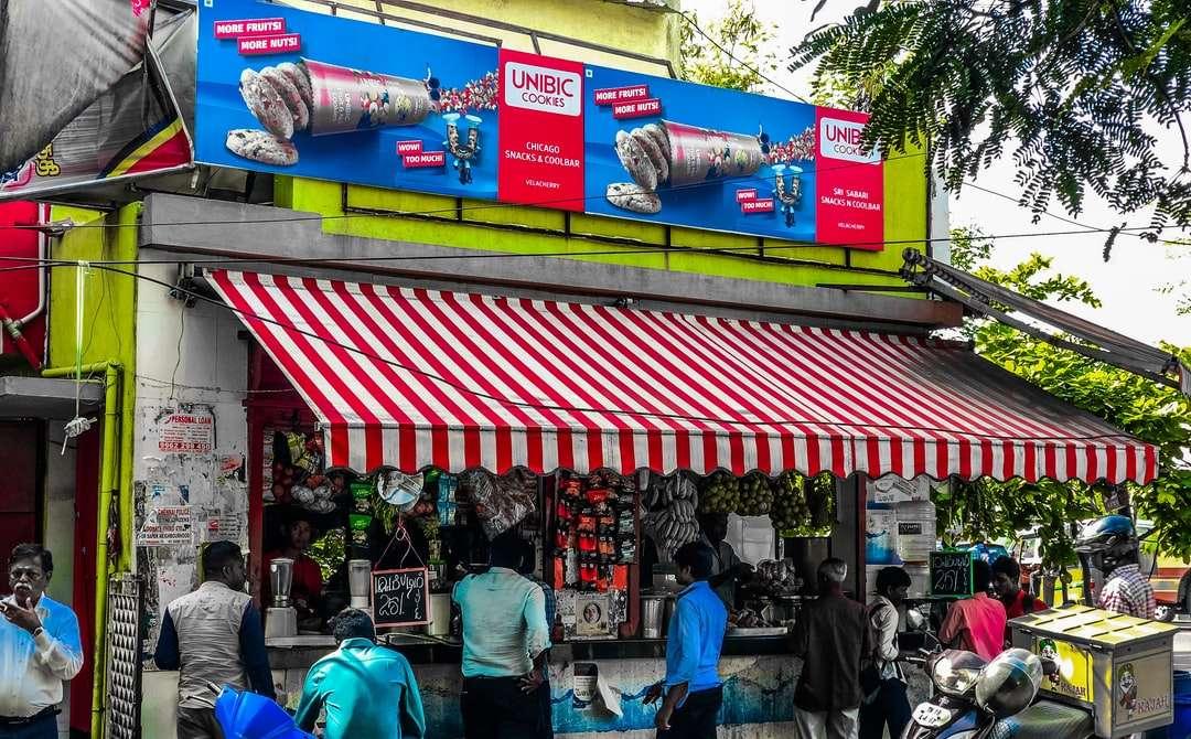 pessoas andando na rua durante o dia - Loja de chá de chennai. Chennai, Tamil Nadu, Índia (17×11)