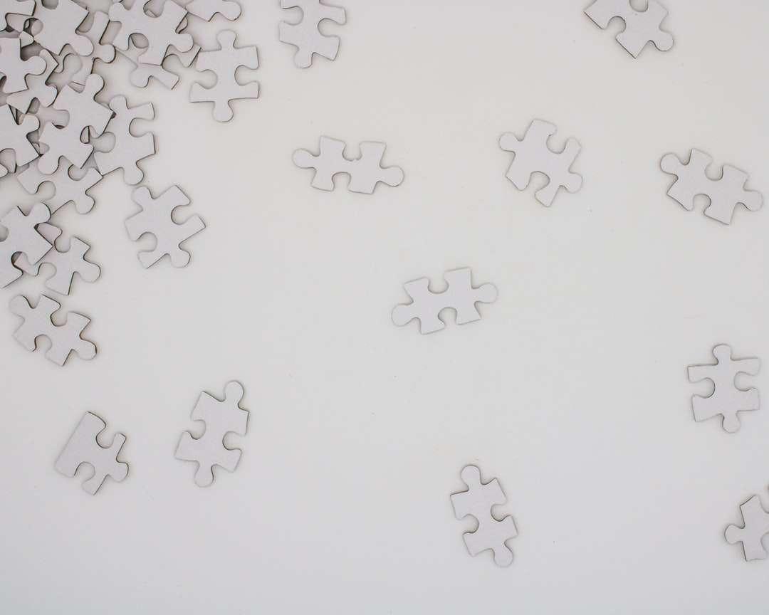 fehér és fekete virágos textil - Fehér puzzle darab (10×8)