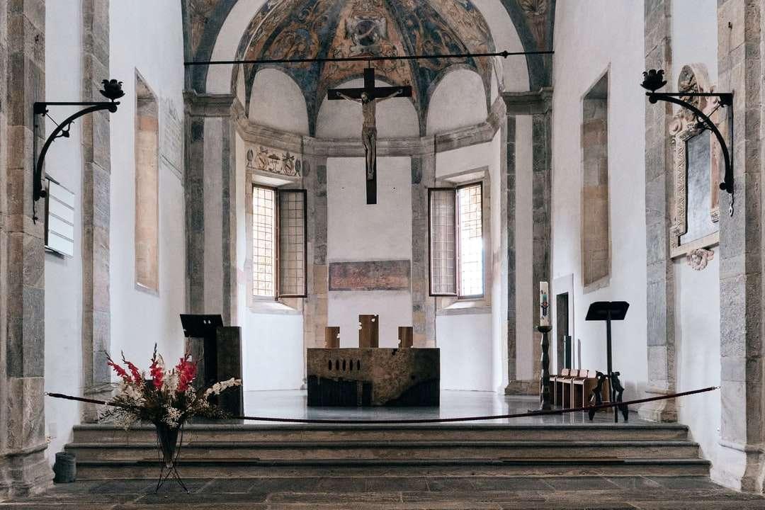 бял и кафяв интериор на църквата - Църквата на Сан Франциско в Локарно, Швейцария. Локарно, Швейцария (13×9)