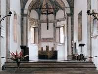bílý a hnědý interiér kostela