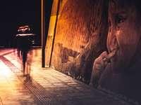 människor som går på trottoaren under natten