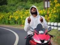 mulher em hijab branco em motocicleta vermelha