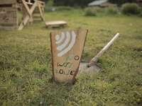 hnědé dřevěné tiskové desky miluji tě na zelené trávě