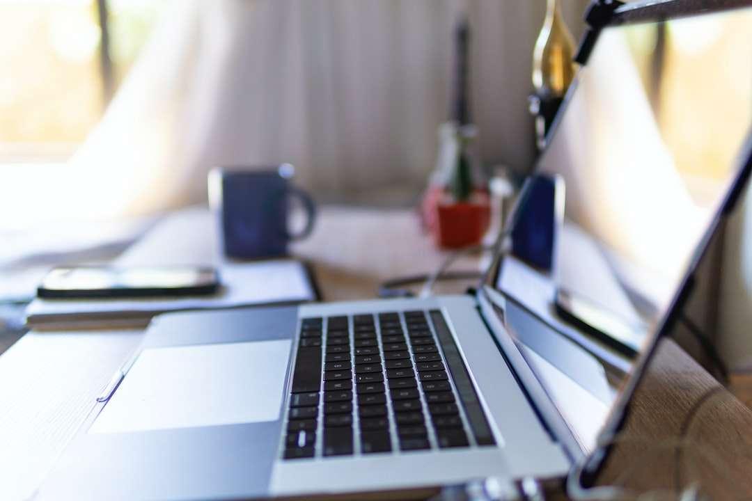 macbook pro на бяла маса - Работете от домашен лаптоп на настолен компютър чрез красива светлина (3×2)