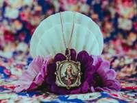 accessorio floreale oro e viola