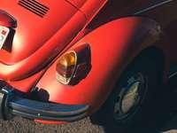 rotes Auto mit silberner und schwarzer runder Tür