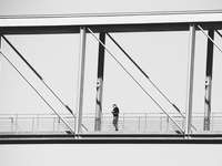 2 Personen gehen auf einer Brücke