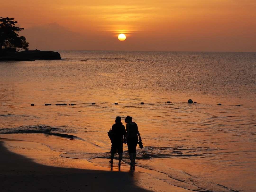σιλουέτα 2 ατόμων που στέκονται στην παραλία κατά τη διάρκεια του ηλιοβασιλέματος - Ένα ζευγάρι ερωτευμένο περπατά κατά μήκος της χρυσής άμμου στο Halcyon Beach St Lucia. Πανεμορφη. . Sandals Halcyon Beach, Castries - Gros (14×11)