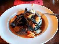 μαγειρεμένα ψάρια σε λευκό κεραμικό πιάτο