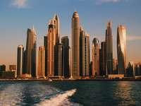 Hochhäuser in der Nähe des Meeres tagsüber