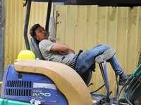 férfi szürke hosszú ujjú ingben és kék farmerben