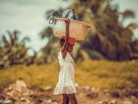 nő fehér ruhás barna bőr parittya táska