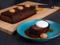 pastel de chocolate en placa azul