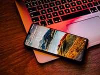 schwarzes iPhone 7 auf MacBook Pro