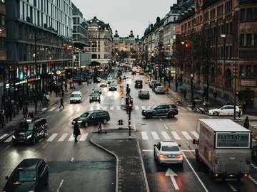 Autos auf der Straße zwischen Gebäuden während des Tages