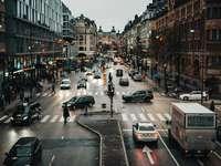 auto sulla strada tra gli edifici durante il giorno